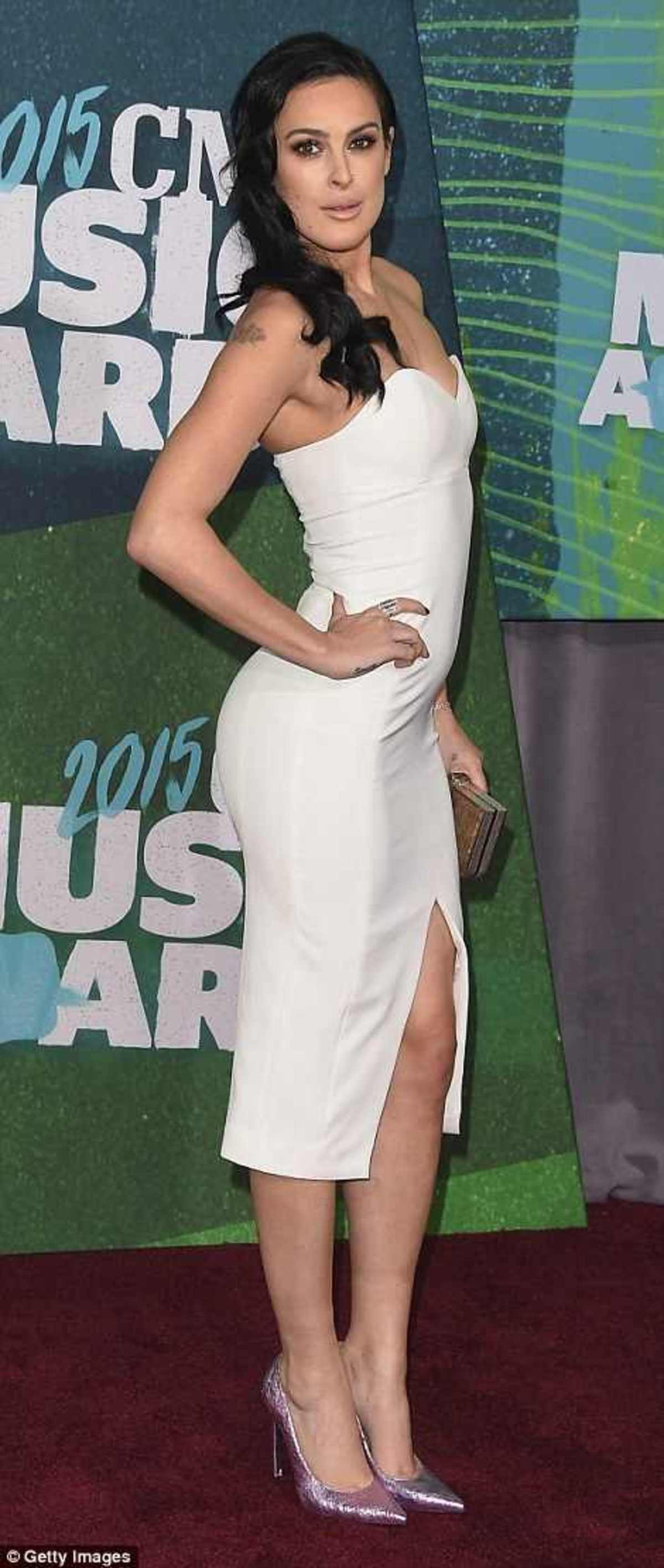 2984EE5800000578-3119329-Svelte_She_looked_good_in_a_strapless_clinging_white_dress_featu-a-156_1433988062495