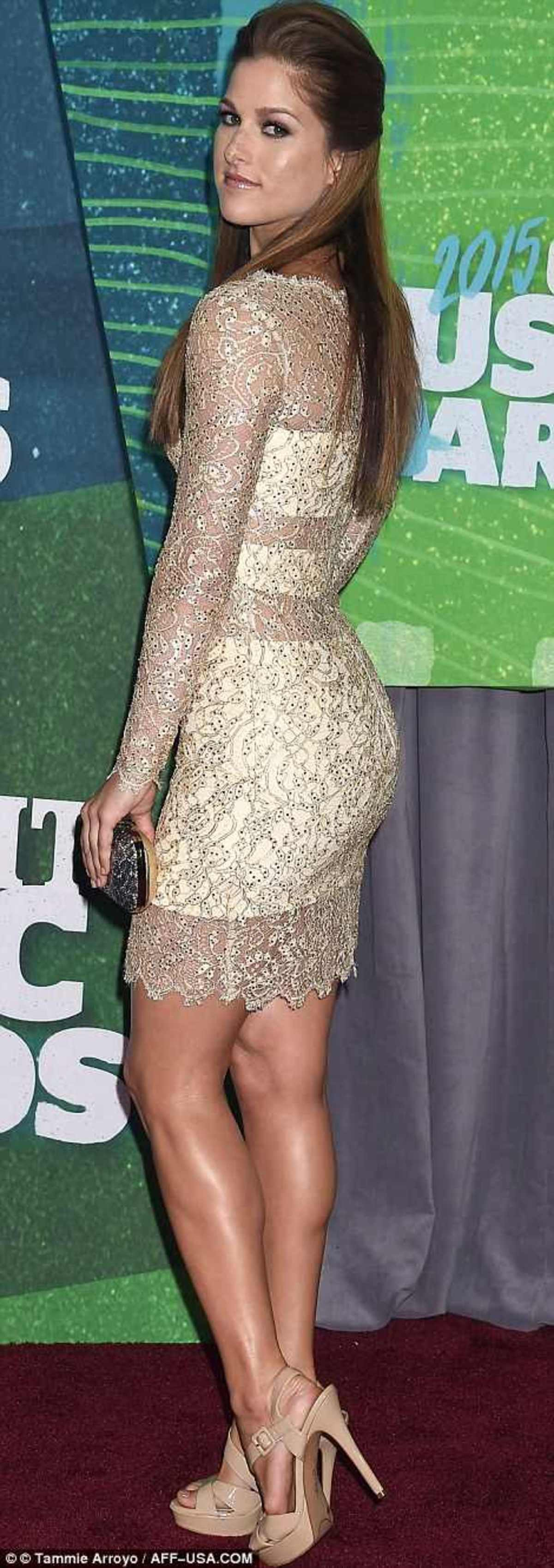 2984F7E000000578-0-Shimmering_Cassadee_Pope_showed_her_style_in_a_sheer_gold_number-a-85_1433984343909