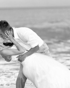 98918__wedding-bride-kiss-water-sea-beach-black-and-white_p