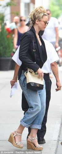 2A4813BB00000578-3151382-Pricey_neighbourhood_J_Law_was_seen_walking_around_Tribeca-a-6_1436257227702