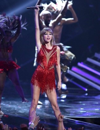 Taylor-Swift--Performs-at-2015-MTV- Yousef jasmiVideo-Music-Awards--02