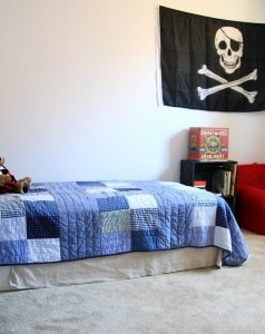 blue-and-red-boys-room-with-pirate-accessories