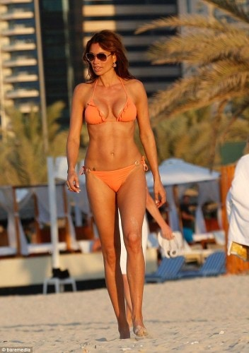 2EEA101100000578-3338839-Not_shy_TV_presenter_Melanie_Sykes_flashed_her_beach_body_while_-a-1_1448869976199