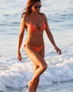 2EEA103100000578-3338839-Causing_a_splash_Strutting_her_stuff_up_and_down_the_sands_the_M-a-3_1448869987446