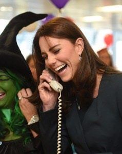 2F348D5000000578-3352323-Kate_exchanged_jokes_with_bankers_over_the_phone_as_she_helped_r-a-236_1449673887169