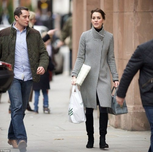 2F4F785800000578-3357449-Christmas_shopping_The_Duchess_of_Cambridge_opted_for_an_elegant-a-16_1449948913038