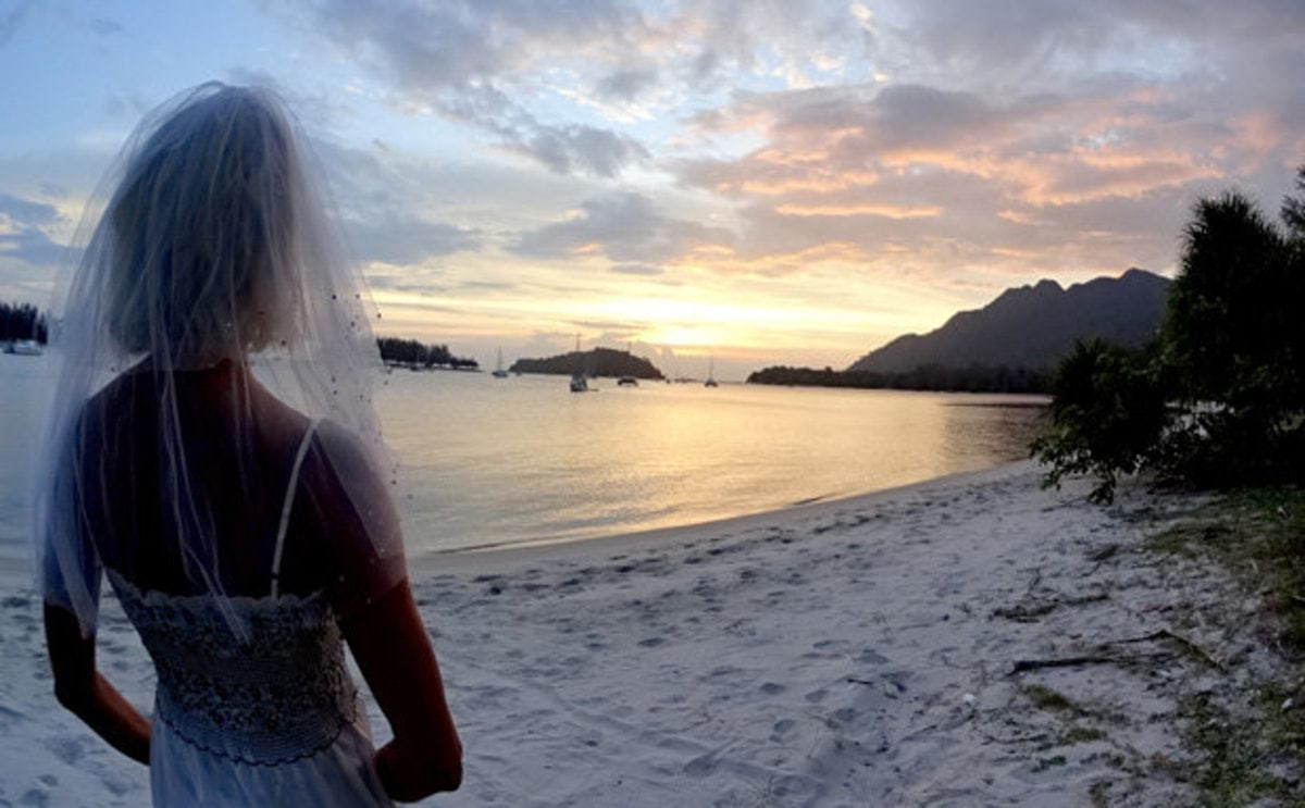 BRIDE-ON-BEACH-431141