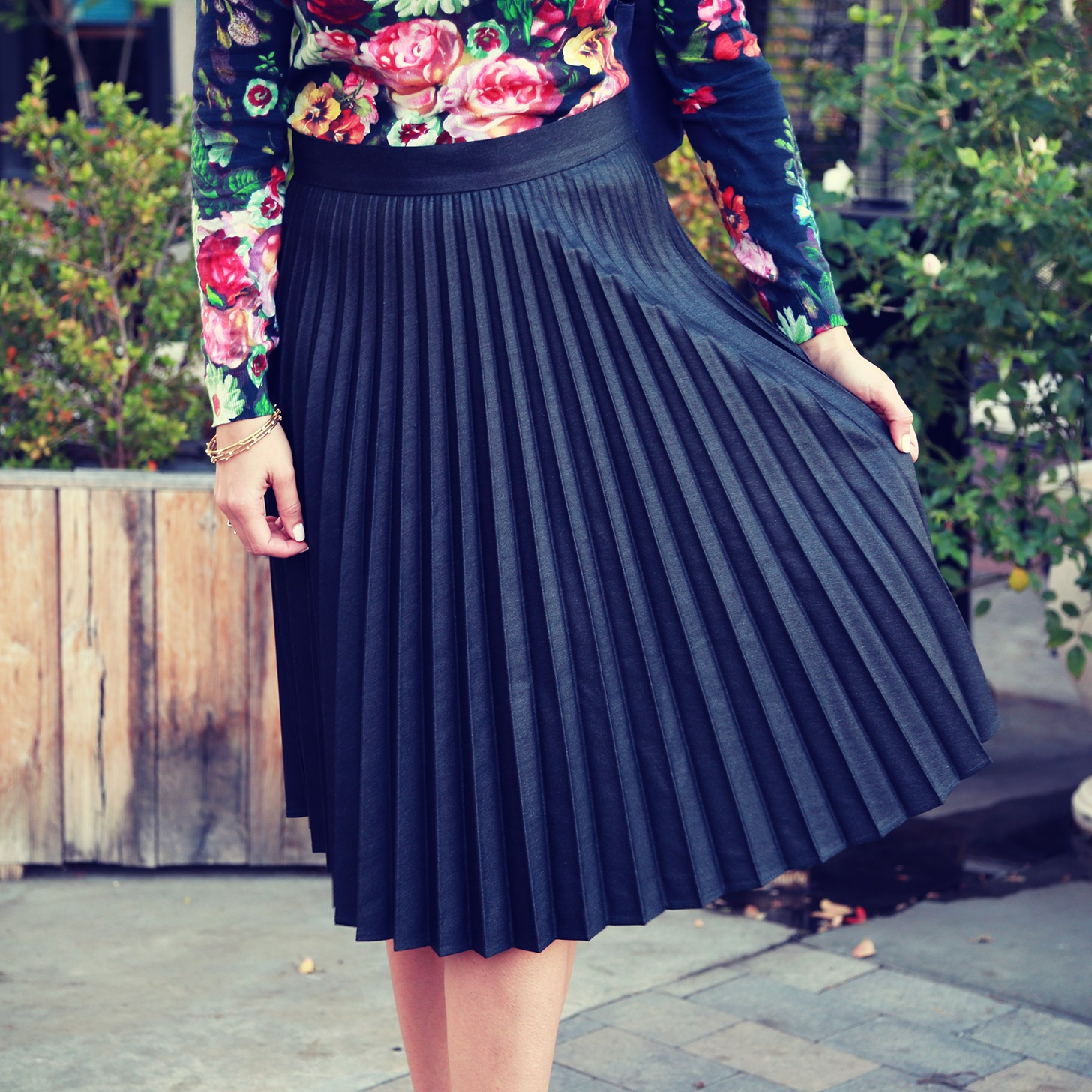 How-Wear-Pleated-Skirt-Video
