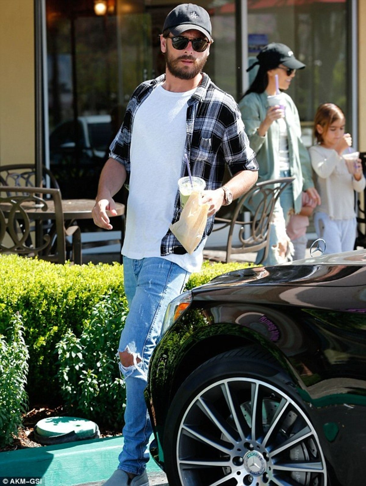 31F0460600000578-3479638-Dad_life_Scott_wore_jeans_with_rips_across_the_knees_adding_a_wh-m-25_1457309126221