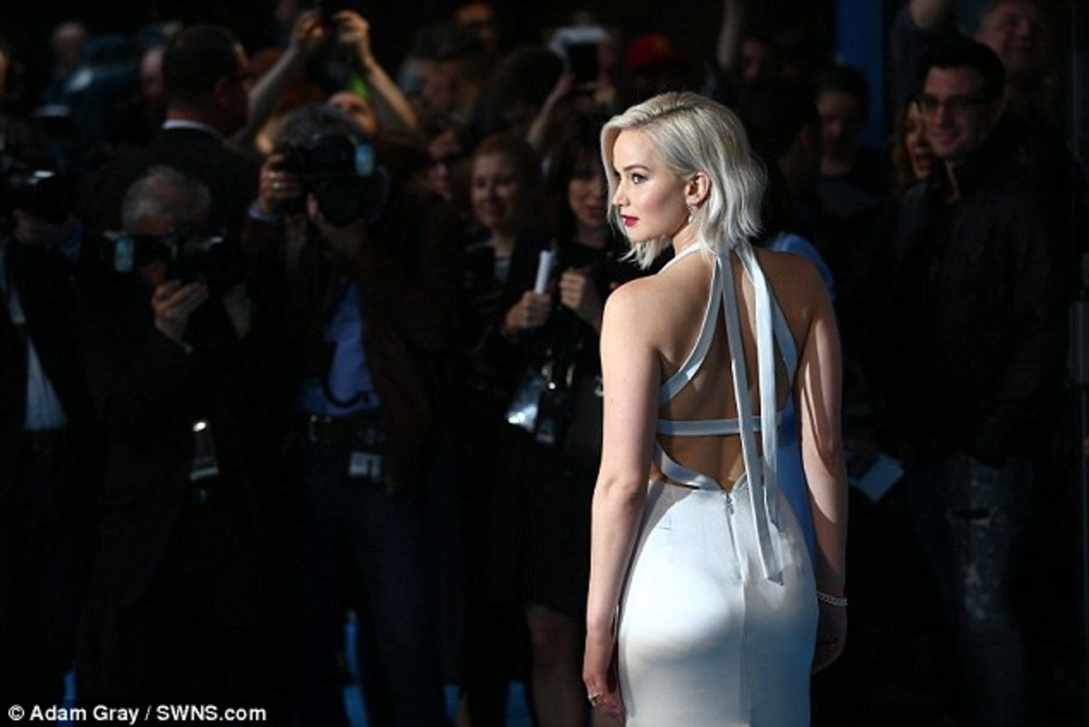 33FCB71D00000578-3582175-Cheeky_The_dress_even_shared_a_glimpse_of_her_pert_behind_which_-a-54_1462872071053