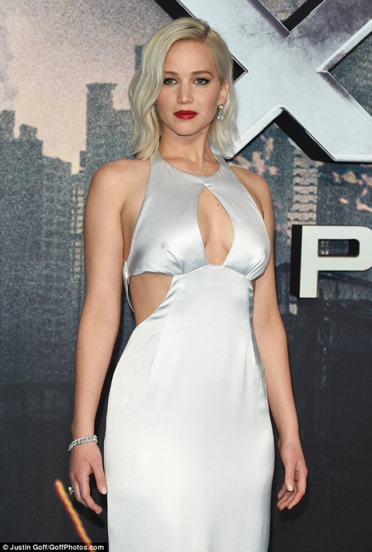 33FCBA3900000578-3582175-Standing_tall_Jennifer_Lawrence_looked_incredible_as_she_turned_-a-12_1462871716570