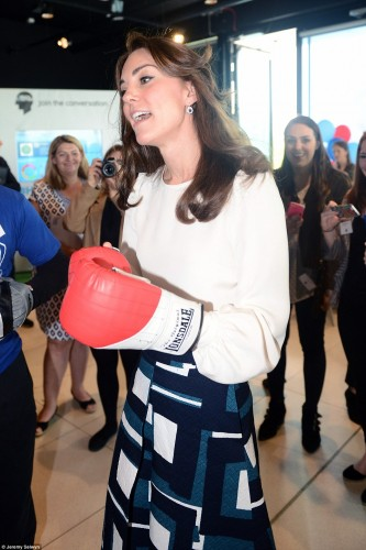 343C8C6700000578-3592450-The_sporty_royal_was_delighted_to_don_her_boxing_gloves_and_show-a-243_1463410054855