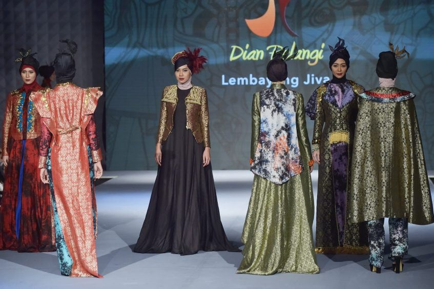 Models wear creations by Indonesian designer Dian Pelangi during the Muslim Fashion Festival in Jakarta on May 25, 2016. Muslim Fashion Festival is held in Jakarta on May 25 – 29, ahead of the  month of Ramadan that starts in Indonesia on June 6. / AFP PHOTO / ADEK BERRY