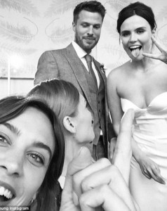 34CDFFDB00000578-3618808-Photobomb_Alexa_Chung_shared_a_picture_of_the_couple_s_special_d-m-35_1464738061939 (1)