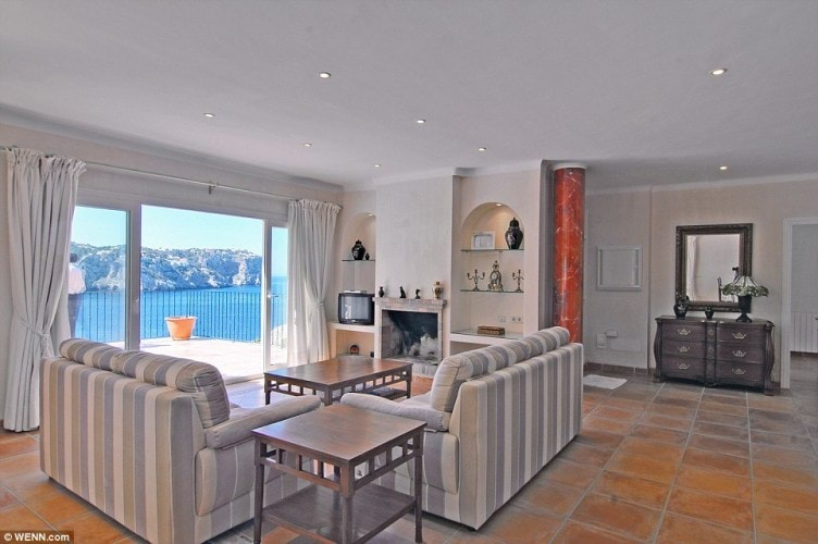 34D0E94700000578-3620729-Views_The_living_room_boasts_breathtaking_views_of_the_Mediterra-a-2_1464818351905