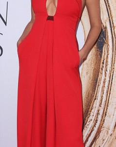 34FD0E5300000578-3628375-Lady_in_red_Irina_Shayk_stood_out_in_a_scarlet_jumper_with_a_key-a-72_1465256511460