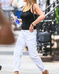 35CC557000000578-3666765-On_a_diet_Jennifer_Aniston_s_white_jeans_seemed_to_be_falling_do-m-88_1467235466486