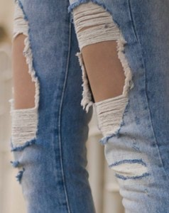 RIPPED-JEANS-AND-WHITE-SHIRT_ivaniasmode-9