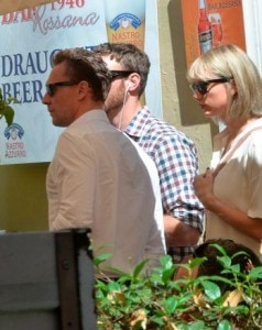 Taylor-Swift-is-seen-with-her-new-boyfriend-Tom-Hiddleston-having (1)