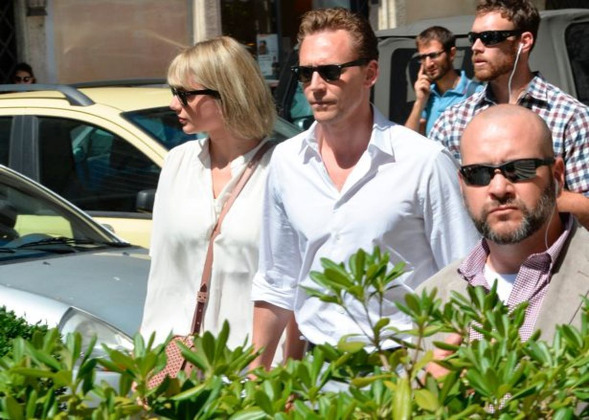 Taylor-Swift-is-seen-with-her-new-boyfriend-Tom-Hiddleston-having (2)
