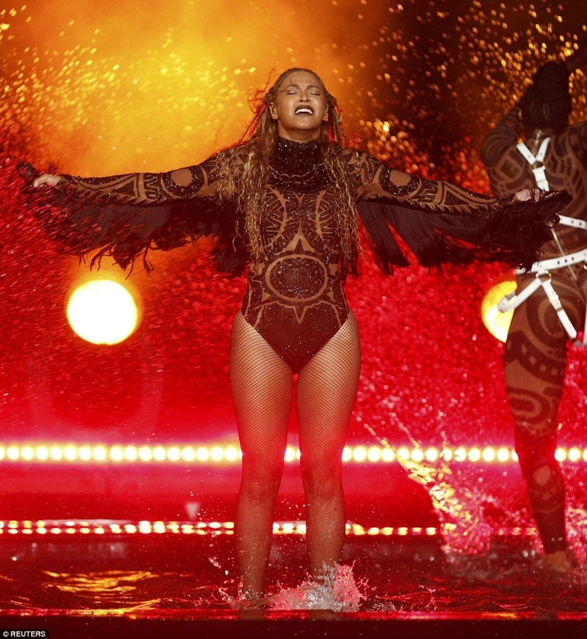 35B4689700000578-3661440-Surprise_Beyonce_started_out_the_2016_BET_Awards_with_a_performa-a-137_1466999376857