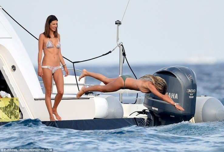 368DCF1500000578-3705739-Stunner_Alessandra_sported_poker_straight_tresses_before_diving_-a-121_1469376305076