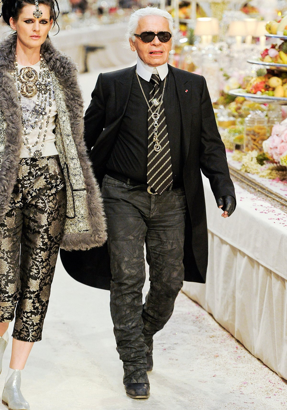 Karl-Lagerfeld-with-Stella-Tennant-on-the-Chanel-Métiers-dArt-PF12-Paris-Bombay-Collection-Runway-on-Exshoesme.com_
