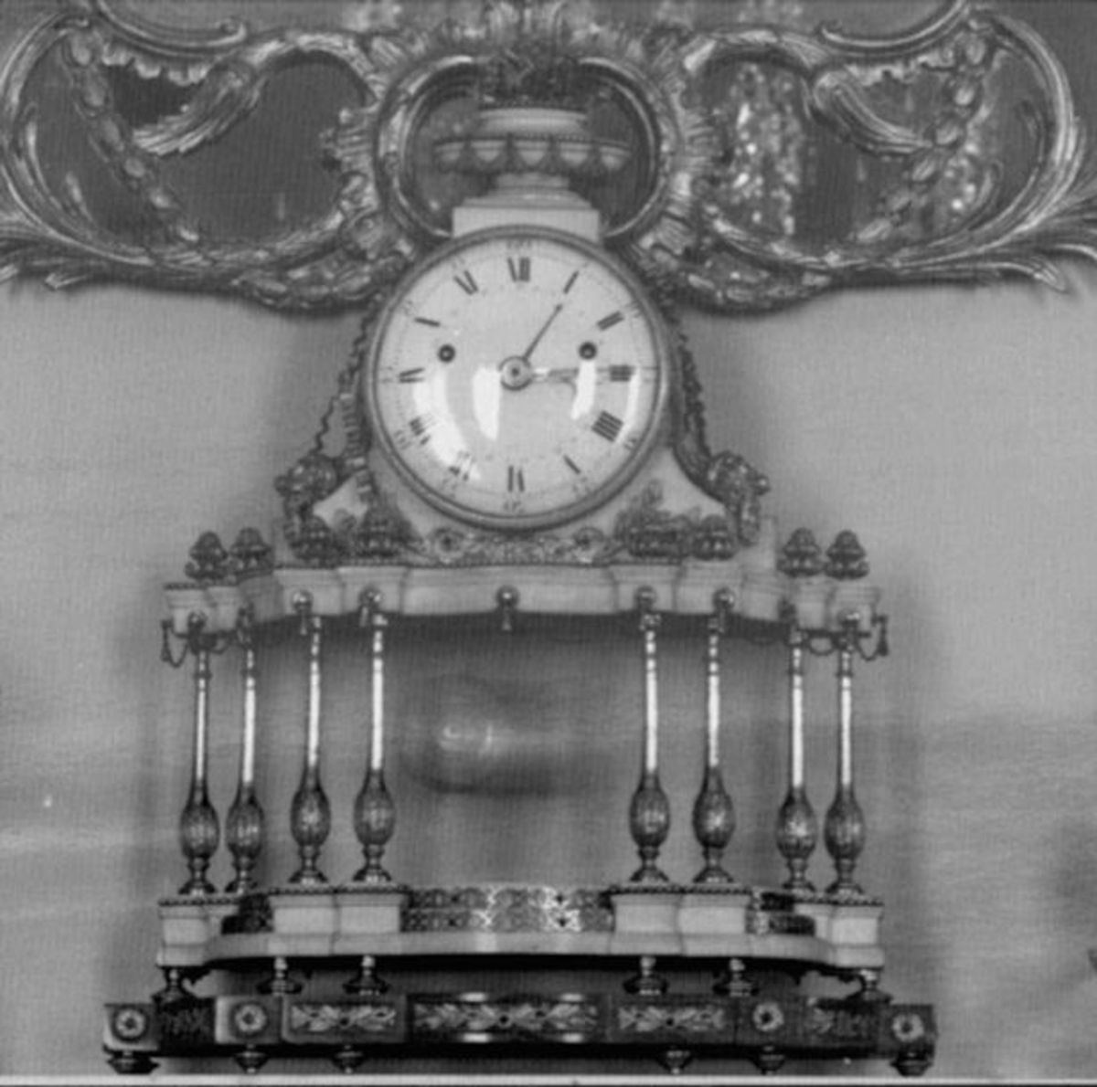 Nineteenth-century-white-marble-and-gilt-bronze-mantel-clock