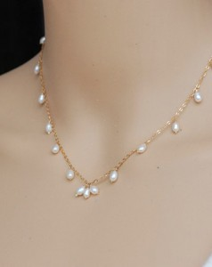 Simple-fashion-and-natural-pearl-necklace-with-gold-chain-and-rice-type-Pearl