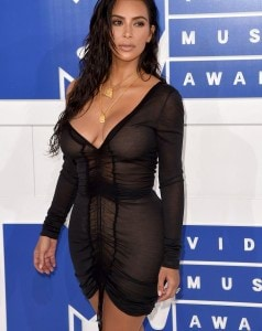 37AB55E600000578-3755431-Golden_girl_Kim_flaunted_her_bronze_decolletage_after_her_sun_so-m-263_1472431593092