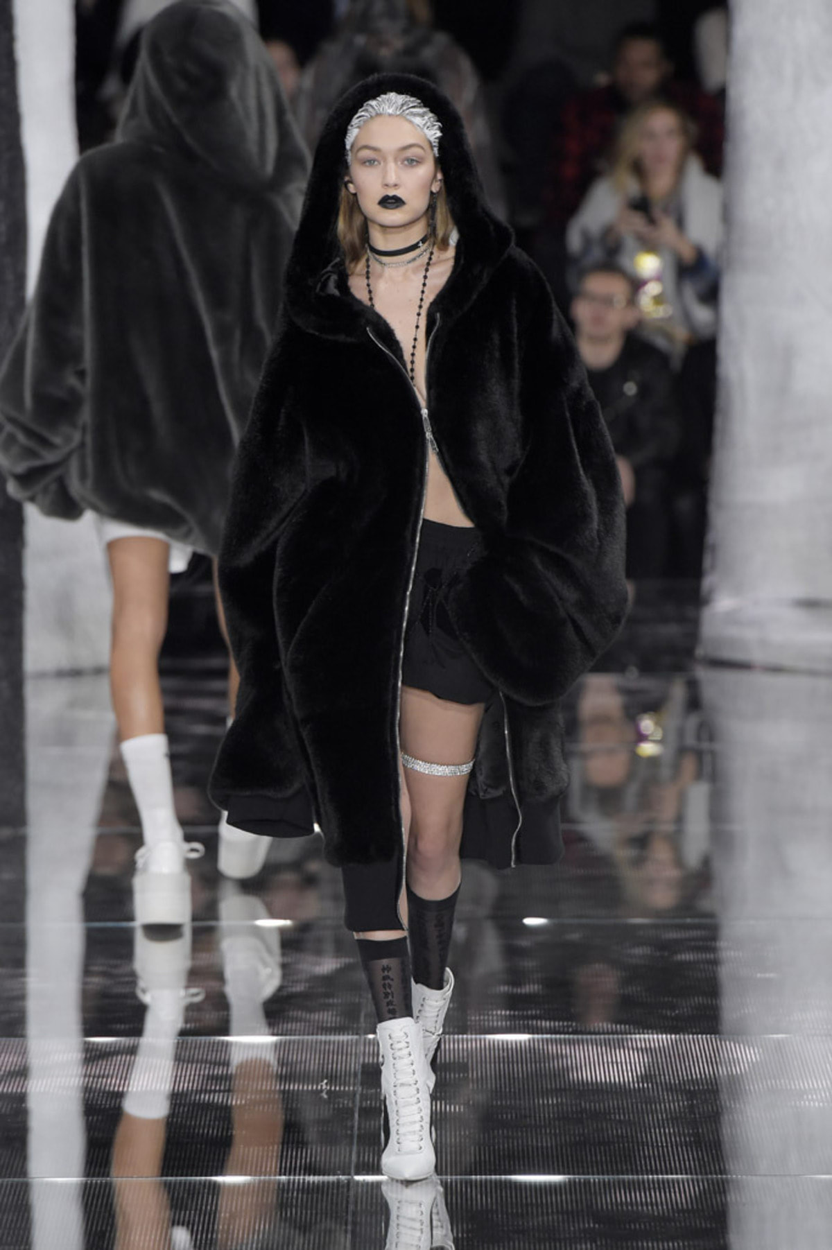 gigi-hadid-new-york-fashion-week-fall-2016-runway-07
