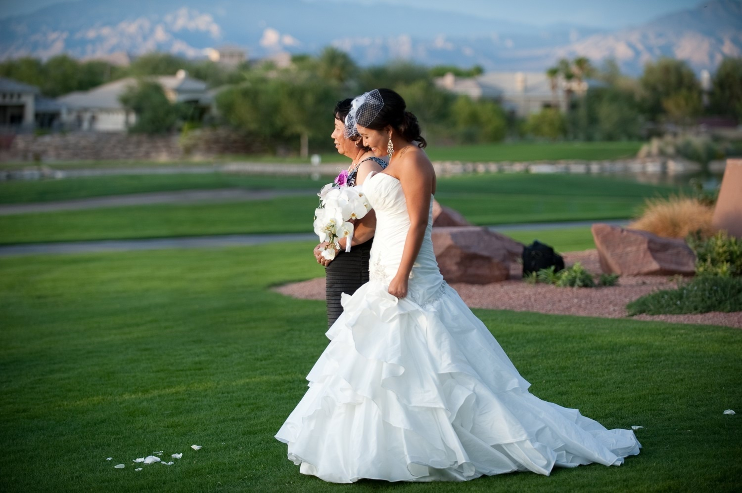 real-weddings-las-vegas-outdoor-ceremony-white-wedding-dress