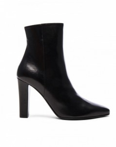 the-1-shoe-trend-kanye-really-has-made-happen-for-fashion-aware-girls-1867335-1471007570.600x0c