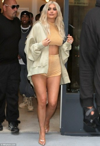 380725A100000578-3778539-Kim_2_0_Kylie_Jenner_made_sure_all_eyes_were_on_her_in_a_very_ra-a-35_1473276643229