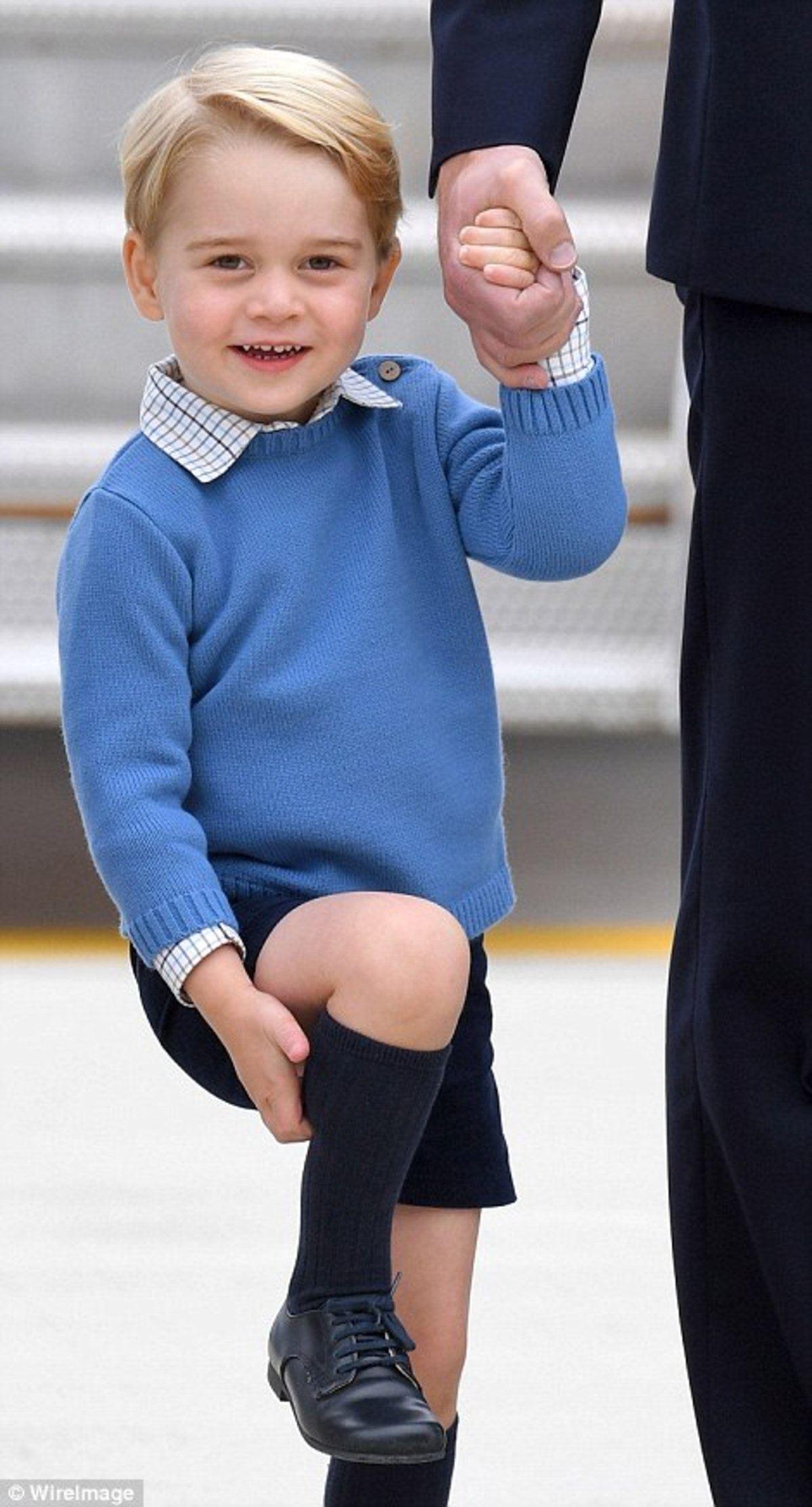 38C378EA00000578-3805952-Prince_George_was_wearing_a_blue_jumper_with_blue_shorts_and_kne-a-11_1474773202088