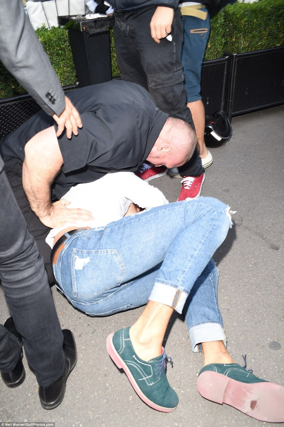 38E2CBAF00000578-3811953-Tackled_Kim_s_security_detail_dragged_Sediuk_to_the_ground_and_p-a-204_1475086730241