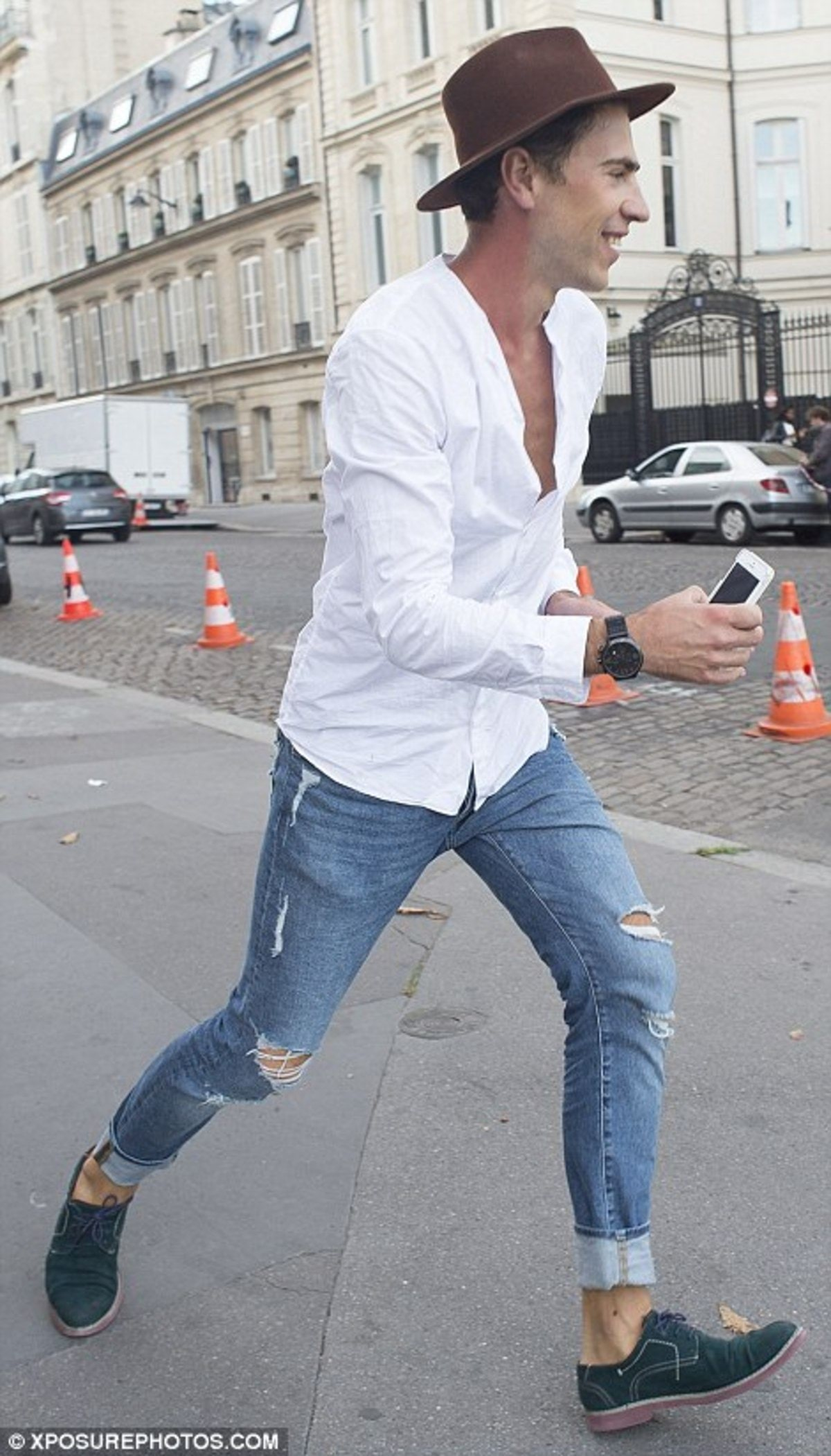 38E2EE4E00000578-3811953-Is_he_funny_Vitalii_was_seen_lurking_around_Paris_before_Kim_s_a-a-98_1475088202493