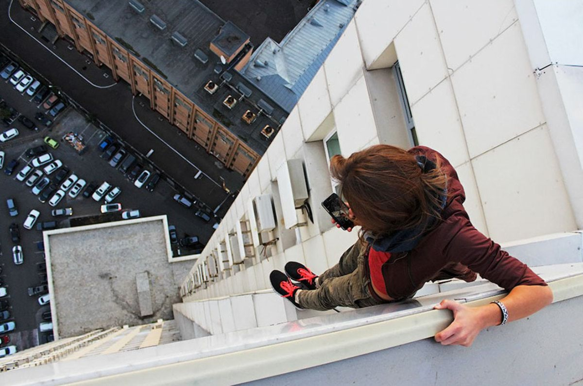 girl-takes-best-riskiest-selfies-ever-10