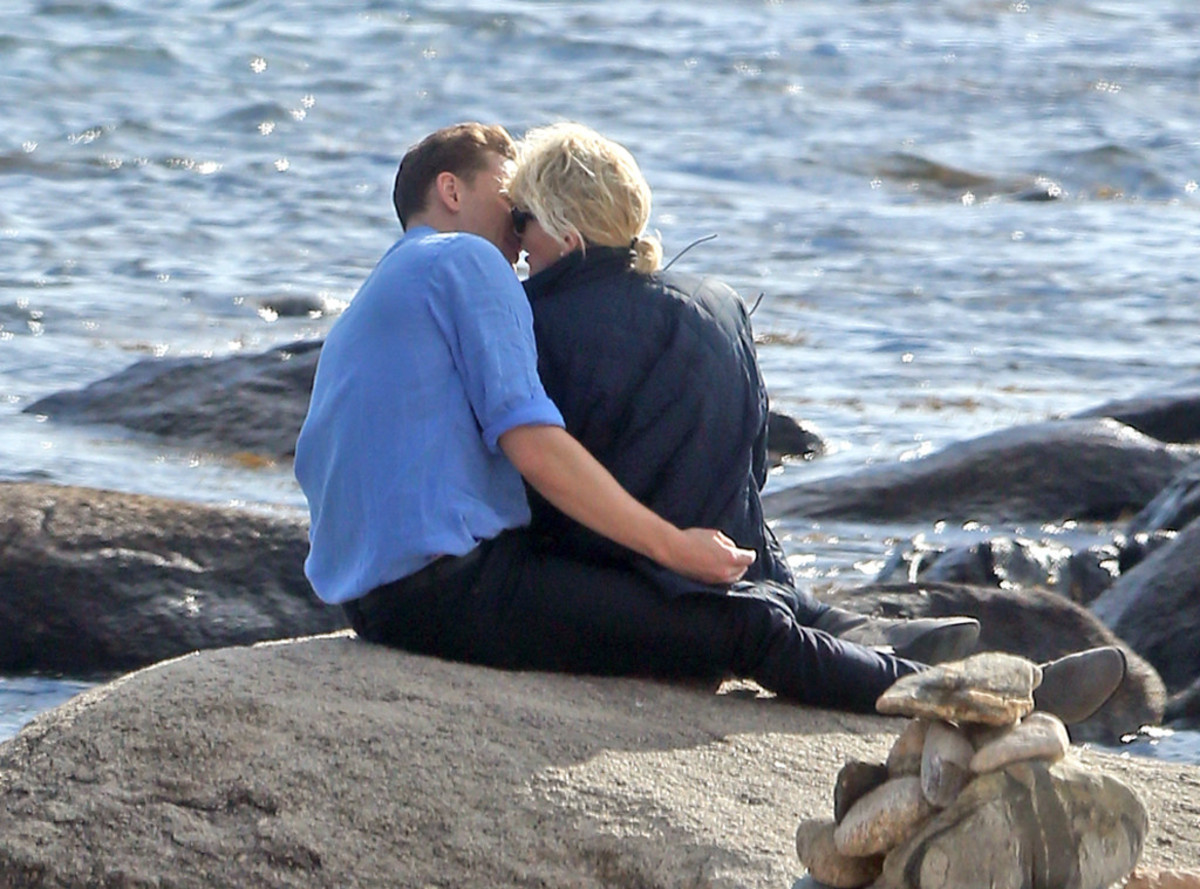rs_1024x759-160618144035-1024.Tom-Hiddleston-Taylor-Swift-Beach-kiss.tt.061816
