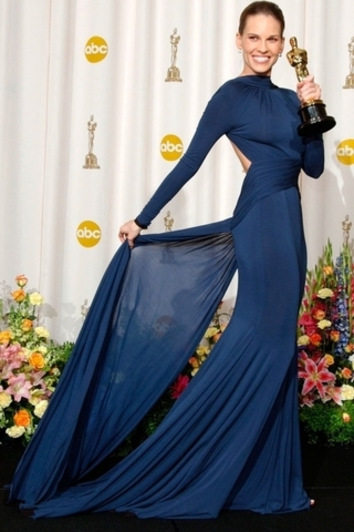 small_2005-Oscars_Fashion_-_All-time_Best_Dresses_on_the_Oscars_Red_Carpet-Fustany-Hilary_Swank-Oscars-Guy_Laroche-2005