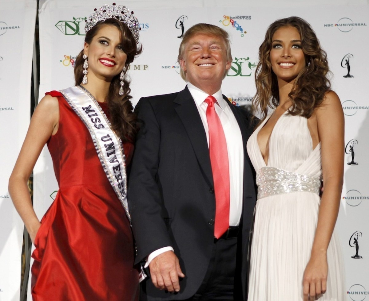 Miss Universe 2009 Stefania Fernandez (L) of Venezuela stands with Miss Universe organization owner Donald Trump (C) and Miss Universe 2008 Dayana Mendoza of Venezuela after winning the crown during the annual pageant at Atlantis on Paradise Island in the Bahamas August 23, 2009. REUTERS/Lucas Jackson (BAHAMAS SOCIETY ENTERTAINMENT) FOR EDITORIAL USE ONLY. NOT FOR SALE FOR MARKETING OR ADVERTISING CAMPAIGNS - RTR2729M