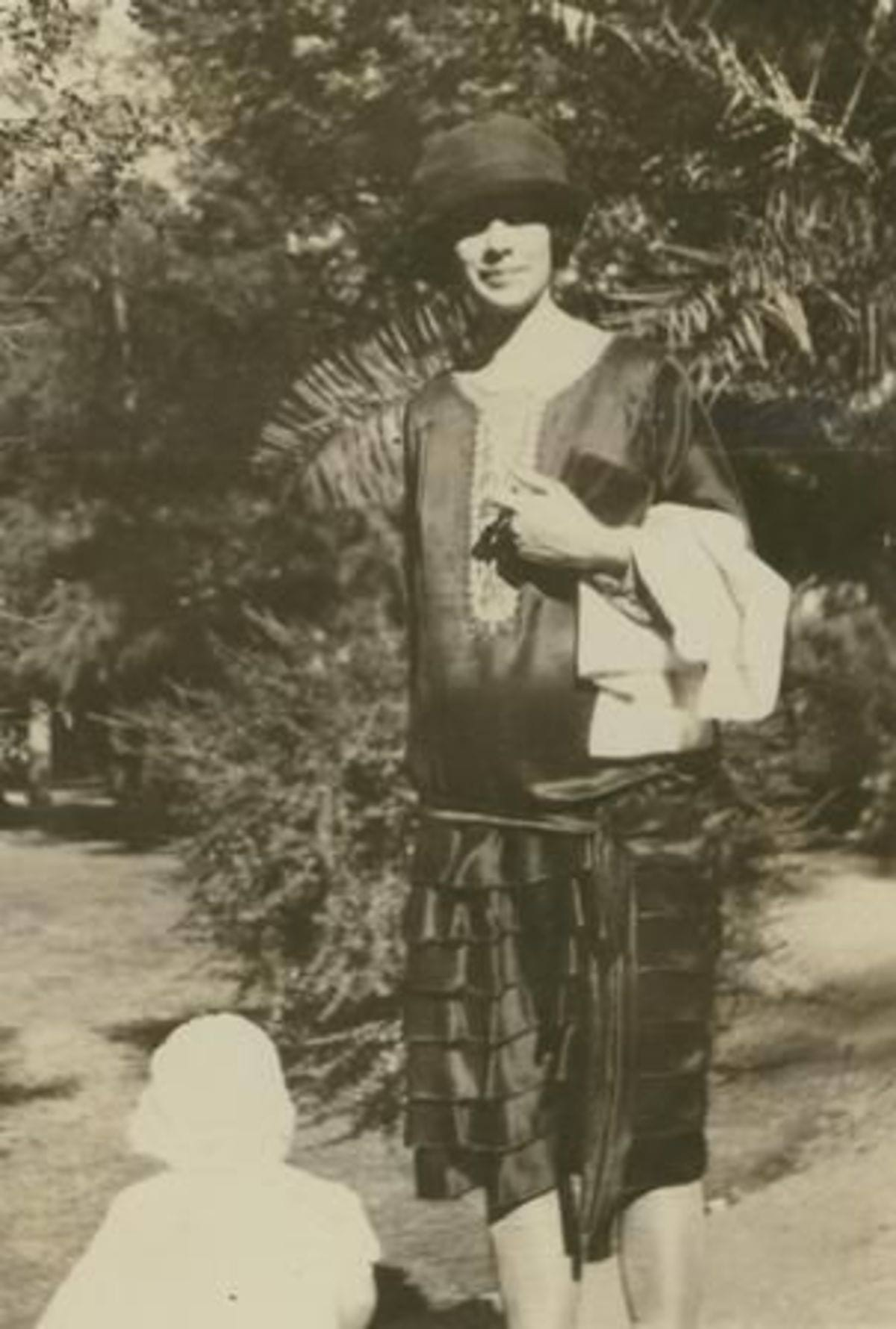 1920-images-of-pregnancy-maternity-fashion-1920s-pregnant-lucille-lee