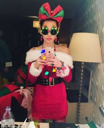 3BA2515C00000578-4065514-Sexy_Santa_Miley_posted_a_selfie_in_a_plush_red_off_the_shoulder-m-15_1482713354231