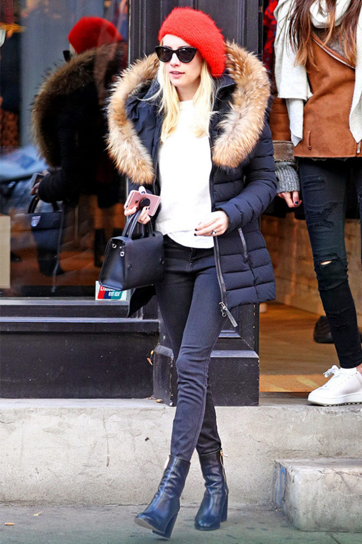 this-is-the-perfect-outfit-for-girls-who-are-always-cold-2077935.640x0c