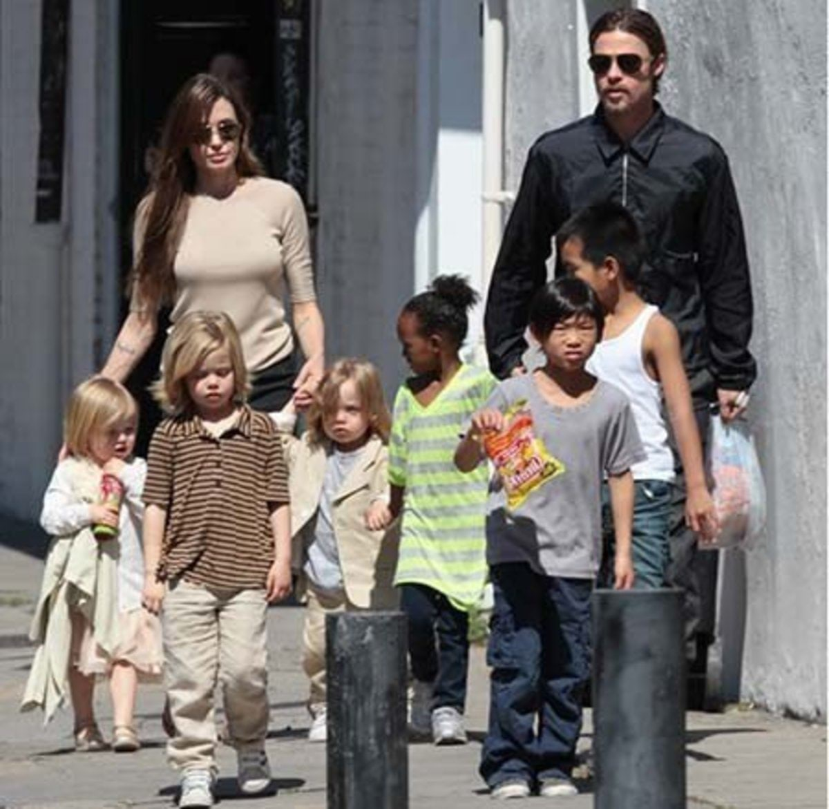 2011-06-28-11-00-08-2-angelina-jolie-and-brad-pitt-take-their-children-t