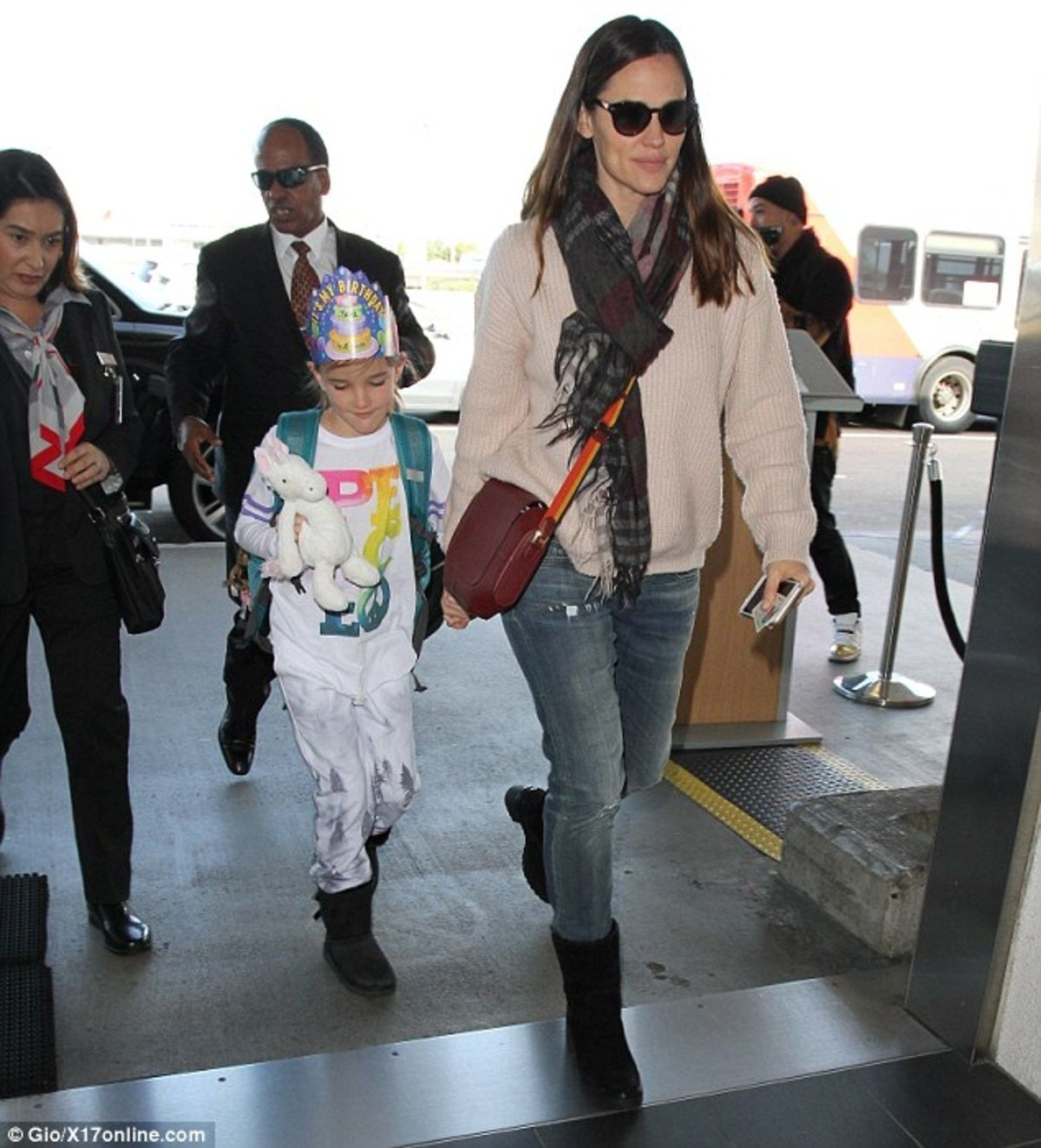 3BE7B62400000578-0-Off_and_away_Jennifer_Garner_was_spotted_on_Friday_at_LAX_Airpor-m-83_1483739082068